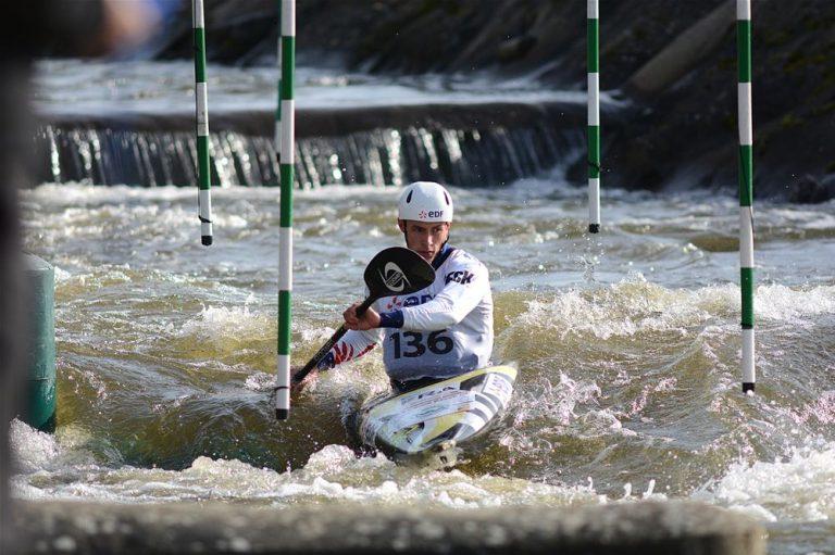 kayakiste dans un slalom